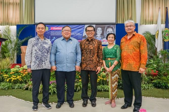 Foto bersama Menristek, Rektor, Perwakilan Yayasan Unpar, dan Pembicara