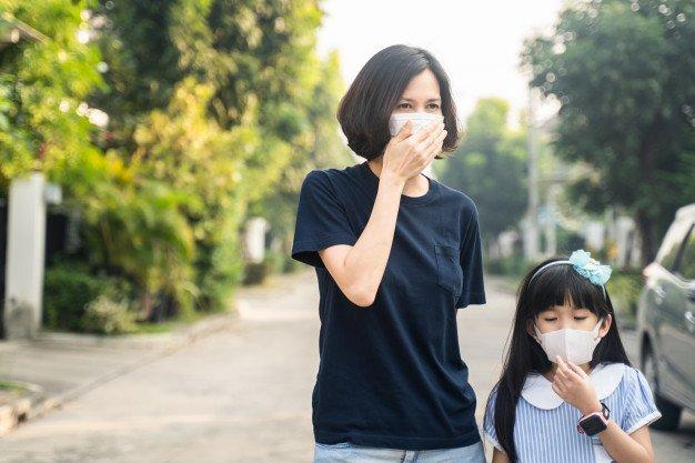 Seorang ibu dan anak mengenakan masker untuk mencegah dan menghindari Virus Covid-19. (Foto: Freepik.com)