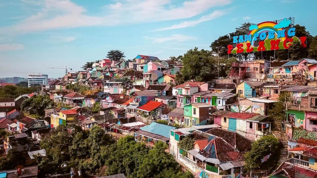 This image has an empty alt attribute; its file name is java-indonesia-rainbow-village-kampung-pelangi.jpg